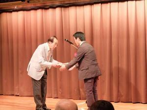 井上大会会長(左)より目録の贈呈_R.JPG